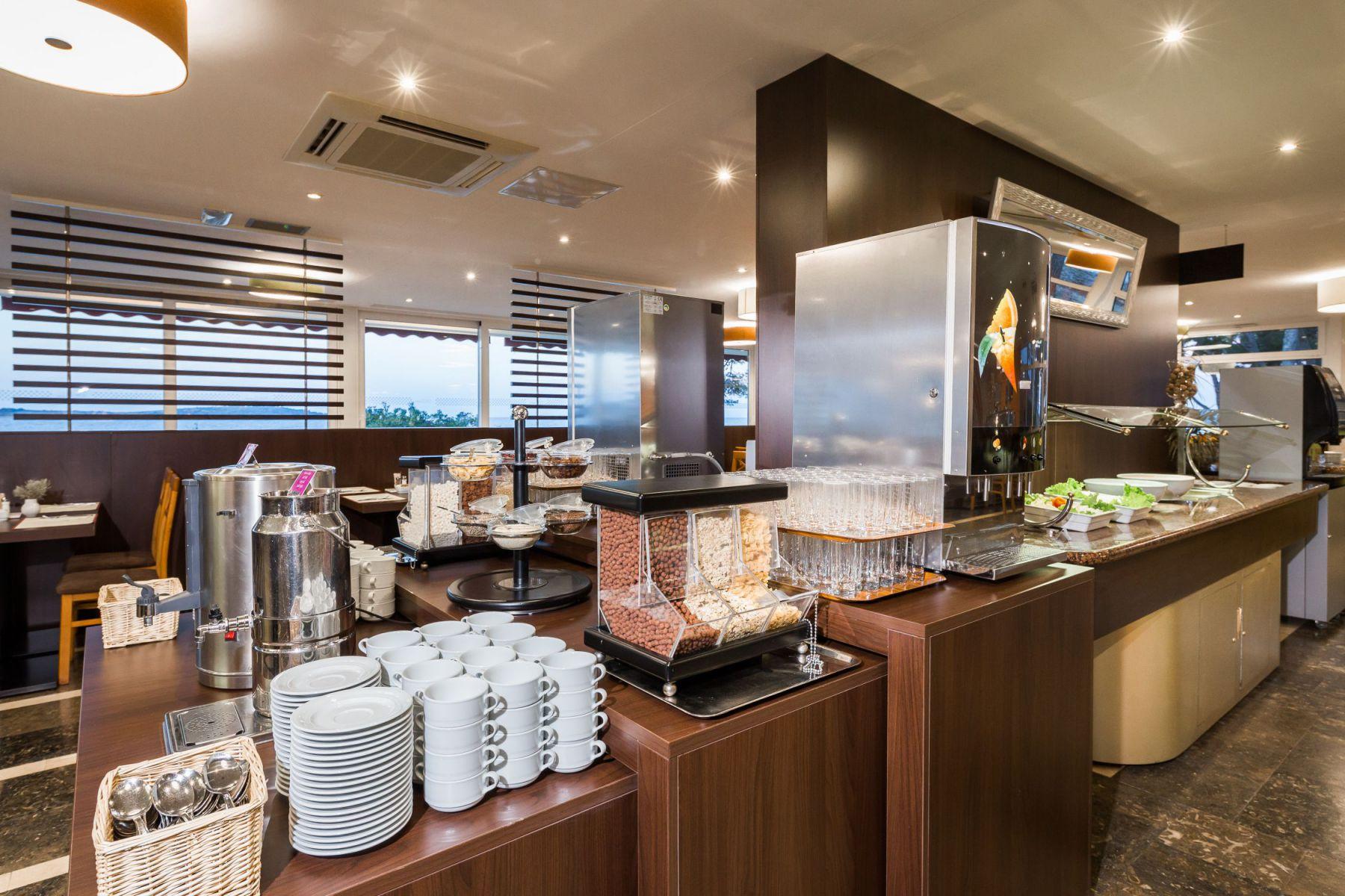 restaurant 32 16285085613 o - Zora Hotel