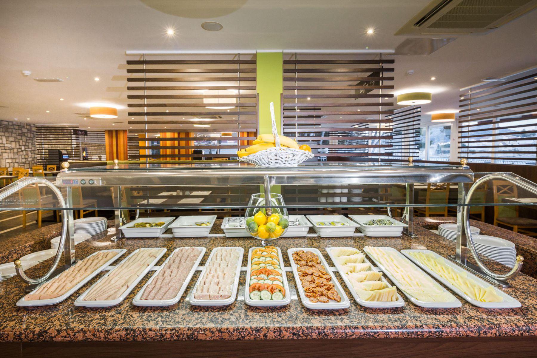 restaurant 33 16905080725 o - Zora Hotel